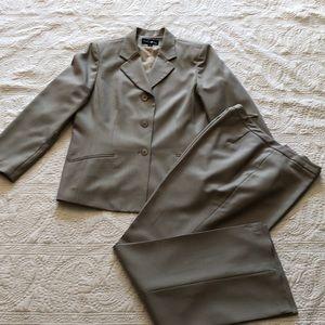 Evan Picone 2 piece suit.  Size 14.  30$